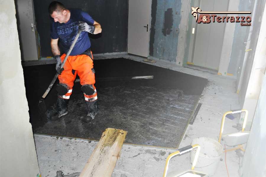 Vorbereitungsarbeiten-zur-Verlegung-von-Terrazzoschienen-AB-Terrazzo